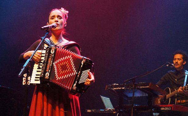 Julieta Venegas cautiva a público latino en Londres