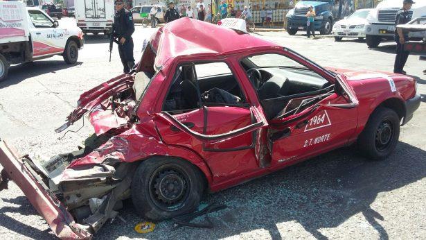 Trailero embiste taxi y deja cinco heridos
