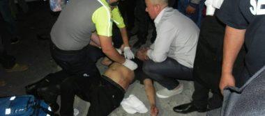 Agoniza joven herido en riña afuera de un salón de fiestas