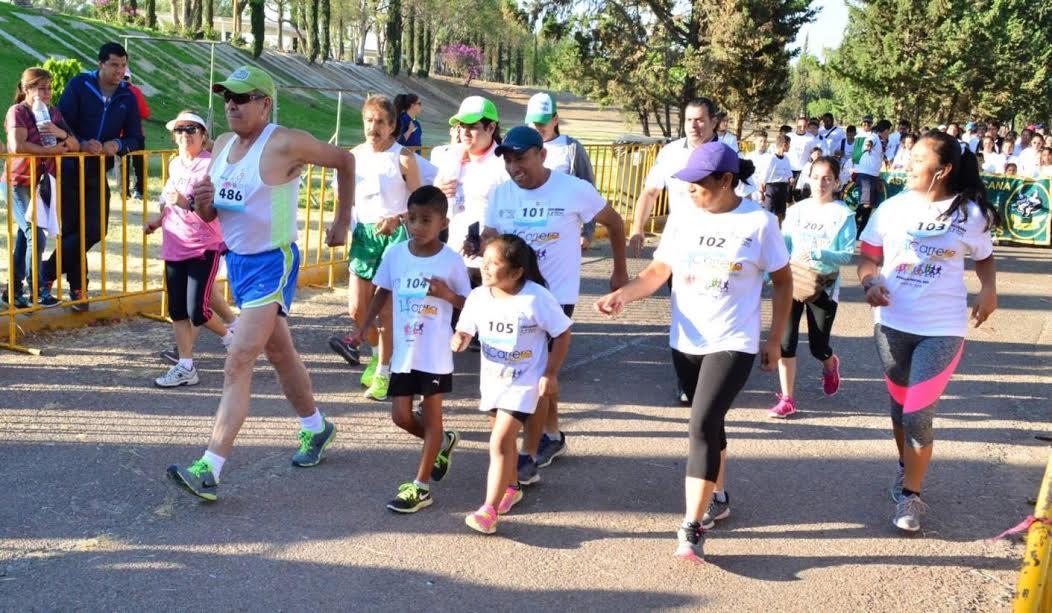 PERSONAS de todas las edades participaron en la carrera.
