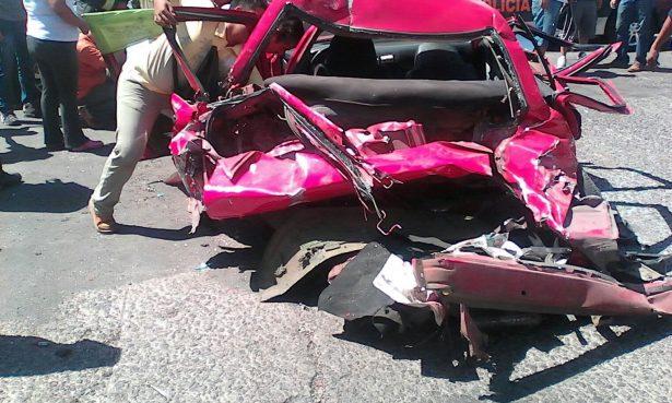 Trailero se impacta contra taxi, hay cinco heridos