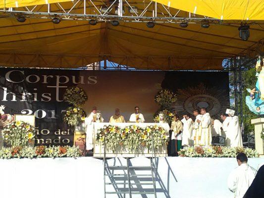 La Iglesia católica celebra el jueves de Corpus Christi en la Plaza de la Patria