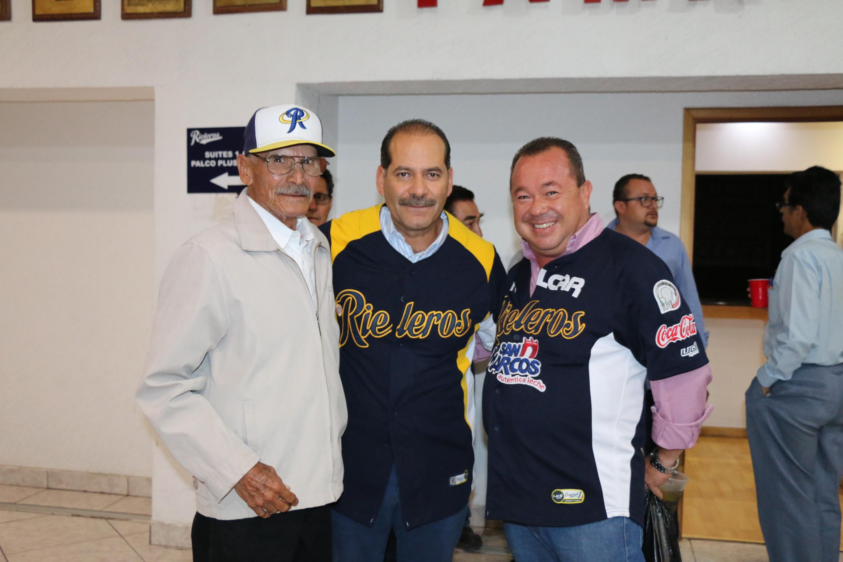 GONZALO VILLALOBOS Félix, con el gobernador Martín Orozco Sandoval, en el partido que el jueves ganó Rieleros a Tijuana.