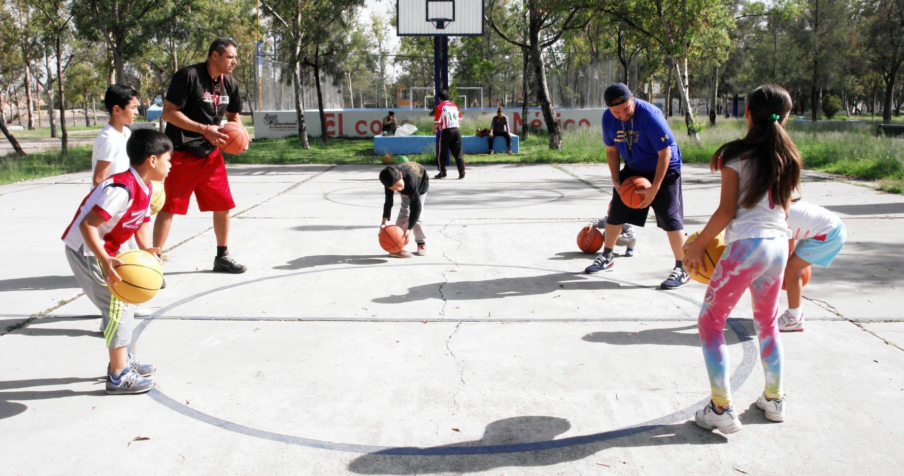 """SESIONES DE basquetbol se han llevado a cabo en el Parque Azul, como parte del programa """"Ámate""""."""