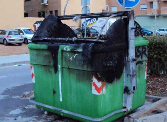 Contenedores de basura quemados son una constante