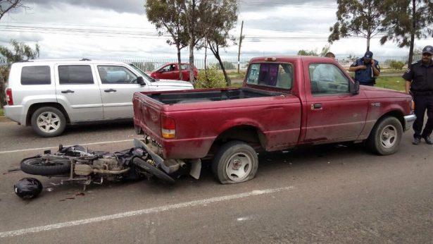 Muere joven al estrellar  su moto contra camioneta