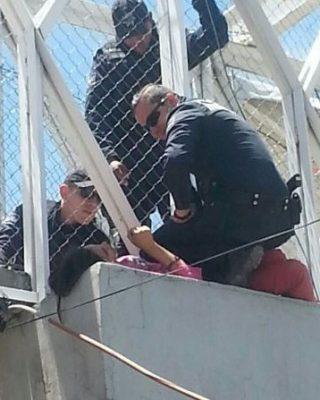 Salvan a quinceañera de  arrojarse de un puente