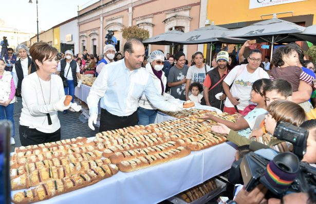 Reparten Rosca de Reyes de más de mil 600 metros
