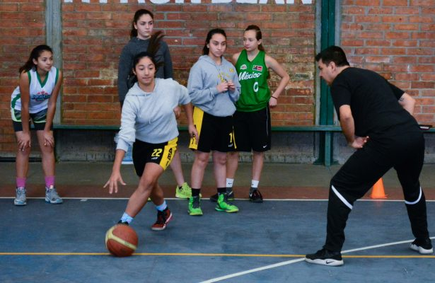 Entrenador de Academia NBA Latinoamérica imparte clínica de entrenamiento a preseleccionadas de baloncesto