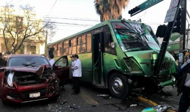 Imprudente conductora arrastra a un urbano