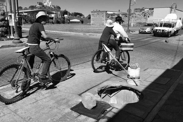 Peatones y ciclistas están desprotegidos