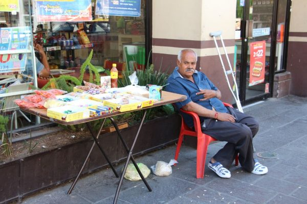 Adultos mayores optan por el comercio informal