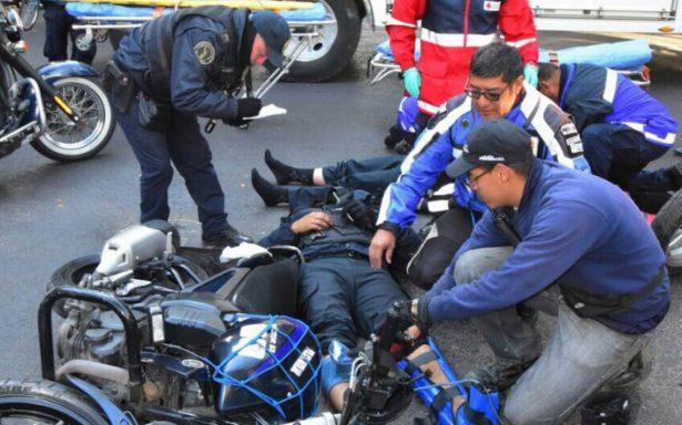 Accidente entre auto particular y motocicleta deja dos policías lesionados