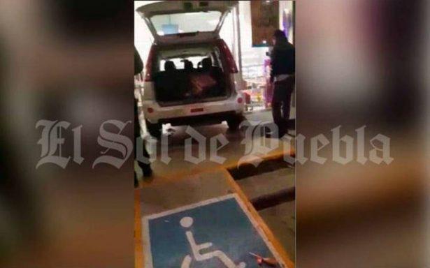 Con todo y camioneta, mujer se mete a un Oxxo en Puebla