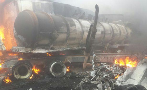 Pipa choca, se incendia y provoca carambola de 40 autos en la Puebla-Veracruz