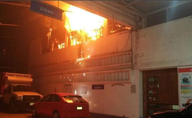 Incendio consume agencia automotriz en Uruapan