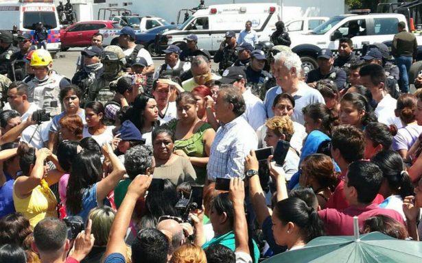 Yunes dialoga con familiares de reos del penal de Amatlán tras mitin