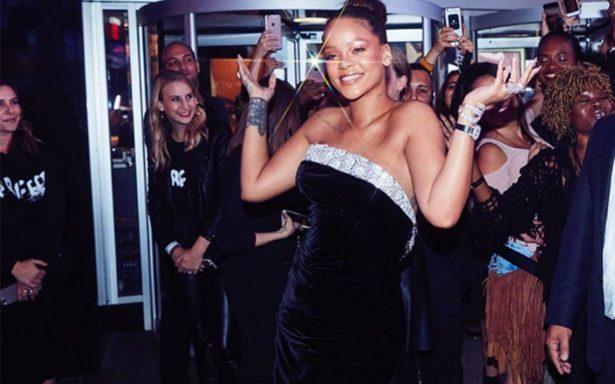 Rihanna sorprende con atrevido atuendo al estrenar su línea de maquillaje