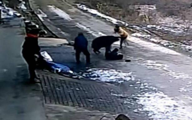 [Video] Un furioso jabalí ataca sin piedad a un grupo de personas