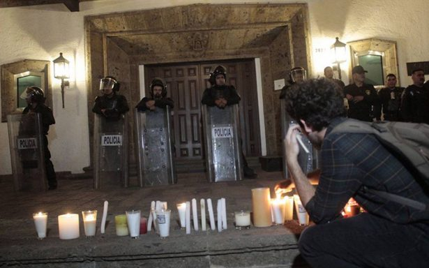 Con velas y pancartas, piden justicia para estudiantes asesinados frente a Casa Jalisco