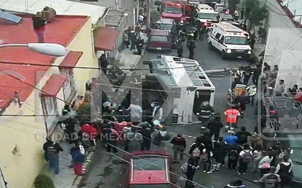 Volcadura de transporte público en Iztapalapa deja 17 lesionados
