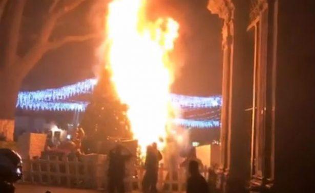 Se incendia árbol de navidad en el centro de Morelia