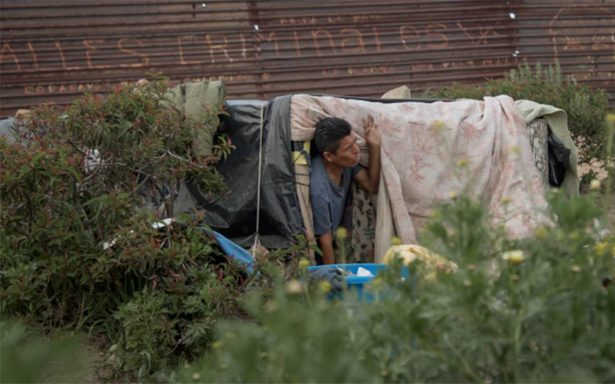 Migrantes improvisan viviendas junto al muro fronterizo