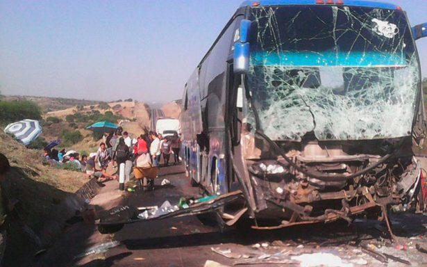 Siete heridos deja aparatoso choque entre autobús y tráiler en San Juan de Los Lagos
