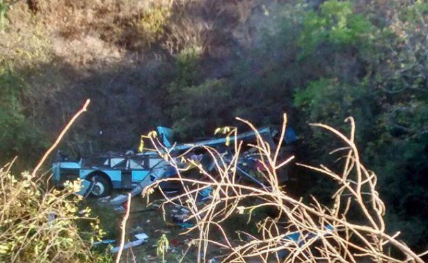Volcadura de autobús en Oaxaca deja al menos 5 muertos y 30 heridos
