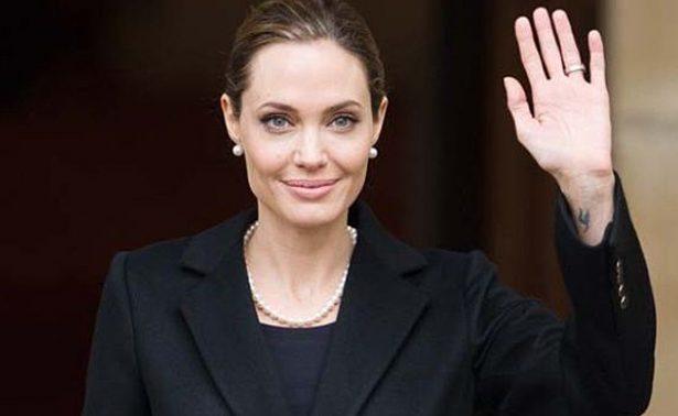 Critican a Jolie por no usar sostén en junta con arzobispo