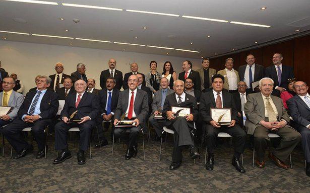 El Senado de la República premian a glorias de la crónica deportiva