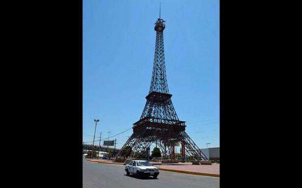 Hombre muere al aventarse de la Torre Eiffel… en Gómez Palacio, Durango