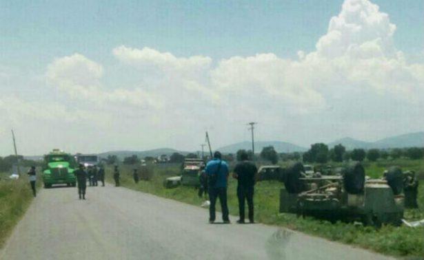 Dos militares muertos deja volcadura en Puebla