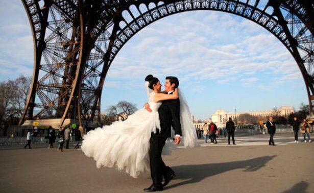 Huelga en Torre Eiffel arruina… ¡luna de miel mexicana!