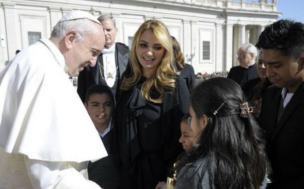Angélica Rivera y niños del Hospital Infantil visitan al papa en El Vaticano