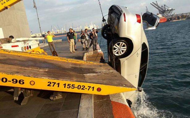 [Video] Caen con todo y auto al mar en el malecón de Veracruz y sobreviven