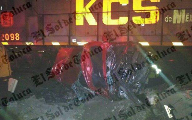 Tren arrolla automóvil en Toluca; los ocupantes resultan ilesos