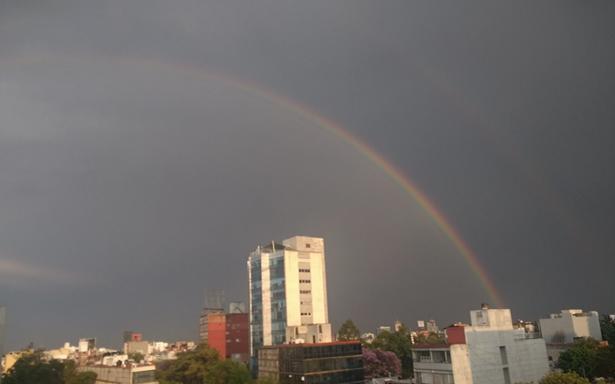 Arcoiris sorprende e ilumina a la Ciudad de México