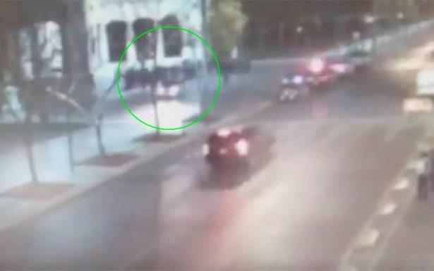 [Video] Se sube a la Alameda, maneja en sentido contrario y casi arrolla a policías