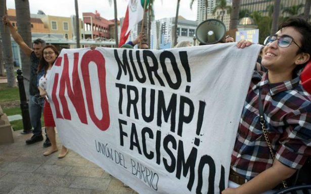 Protestan en San Diego en víspera de la visita de Trump a California