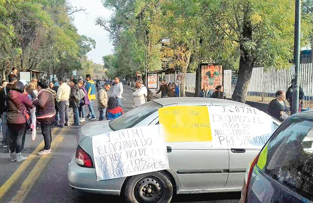 Maestros toman oficina de  Educación en Michoacán