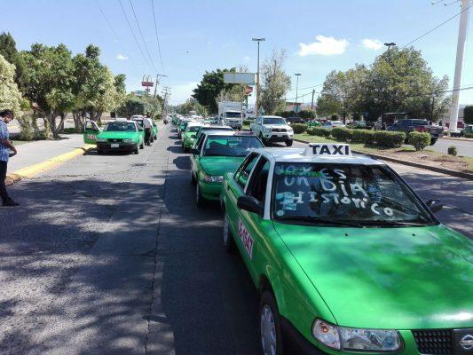 Marchan taxistas desesperados
