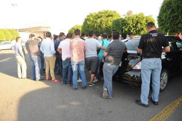Denuncian acoso y agresiones de taxistas