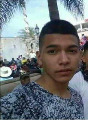 Muere menor de un tiro en riña; acusan a policía
