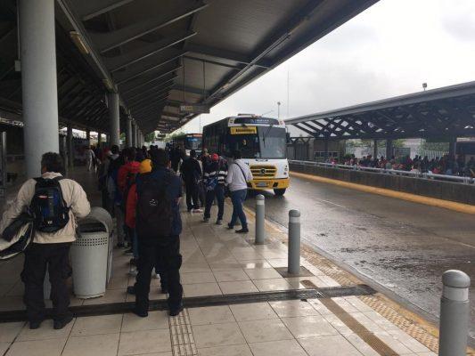 Se mojan pasajeros en estación del SIT