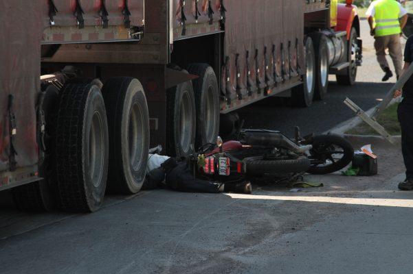 Era comerciante motociclista atropellado por un tráiler de compañía refresquera