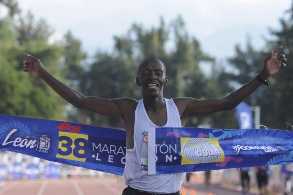 Gana keniano Francis Muendo Maratón León 2017