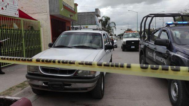 Policía municipal asegura camioneta; al parecer encontraron arma de fuego