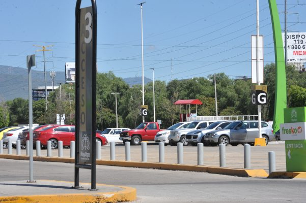 Van tras regulación de cobro de cajones de estacionamiento en centros comerciales