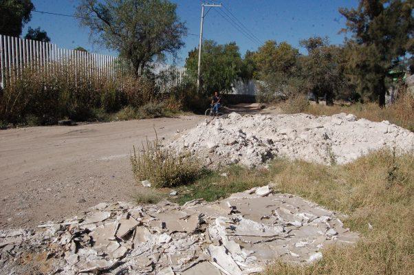Director envía a tirar escombros en la vía pública